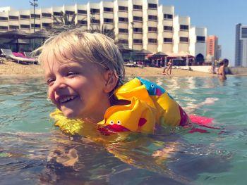 Детская радость ьот купяния в море на пляже отеля LeMeridian AbuDabi 10