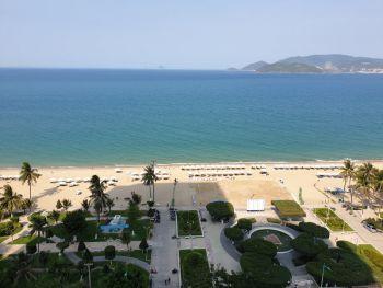 Вид из отеля Citadines Bayfront из номера seaview на пляж - отдых в Нячанге