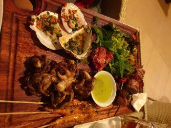 Тарелка с морепродуктами в ресторане Story - поесть в Нячанге