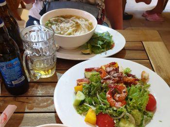 Вьетнамский суп Фо с говядиной и греческий салат с креветками в ресторане Tuan's