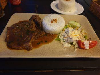 Стейка из говядины в ресторане Tuan's (конечно же это не классический стейк, а просто говядина, но вполне прилично приготовленная) - где поесть в Нячанге
